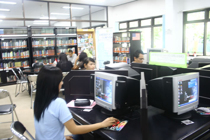 http://www.umm.ac.id/files/file/kampus/Koleksi%20Foto/Perpustakaan/Digital%20Library%204.jpg