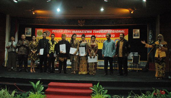 Awarding the winners of keroncong contest