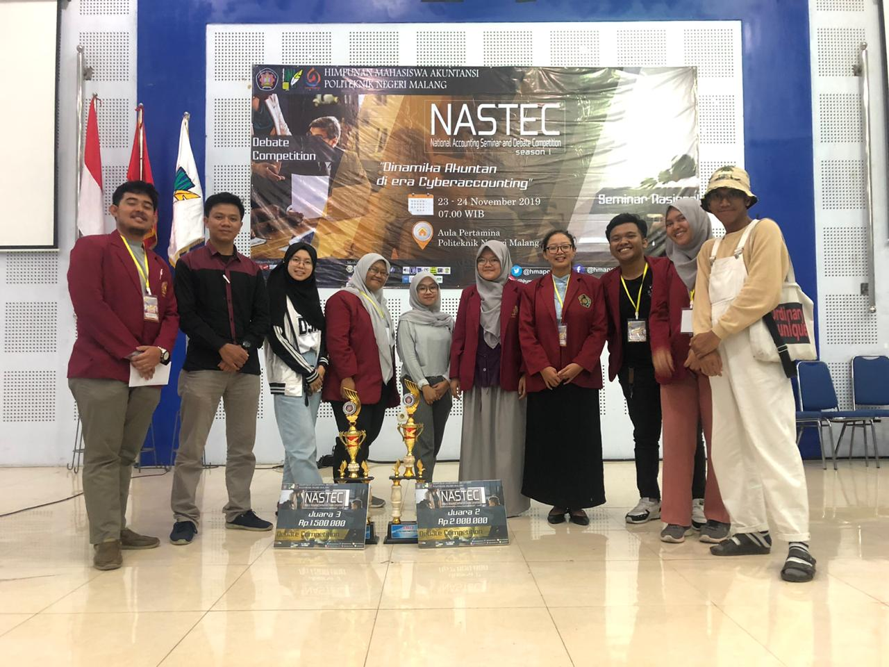 Delegations from Team A and Team C from UMM took a photo with the Cup at NASTEC (PHOTO: Special)