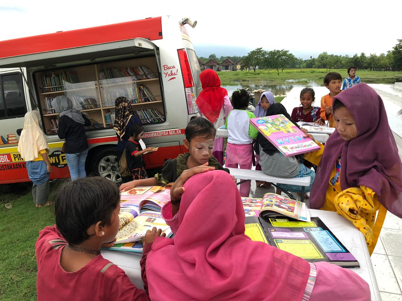 The Reading Atmosphereof MetalIslamic boarding school students with KaCa Car of Muhammadiyah