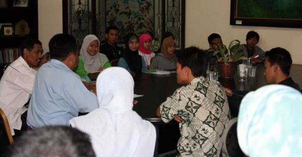 PR III UMM Joko Widodo gives a briefing to 11 teams consisting of 37 UMM students who will attend PIMNAS
