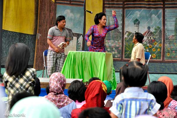 """One of the actor's actions when performed the play titled """"Hermin, Village Girl."""""""