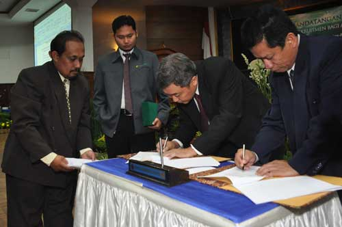Dean of FPP UMM, Dr. Ir. Damat, MP together with Basuki Suseno signed a letter of cooperation