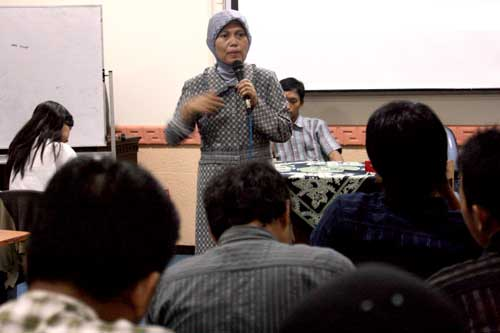 Dr. Sugiarti, M. Si motivates students to finish thesis