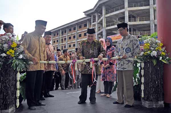 Ketua Umum PP Muhammadiyah, Prof Dr Din Syamsuddin memotong pita peresmian masjid KHM Bedjo. General