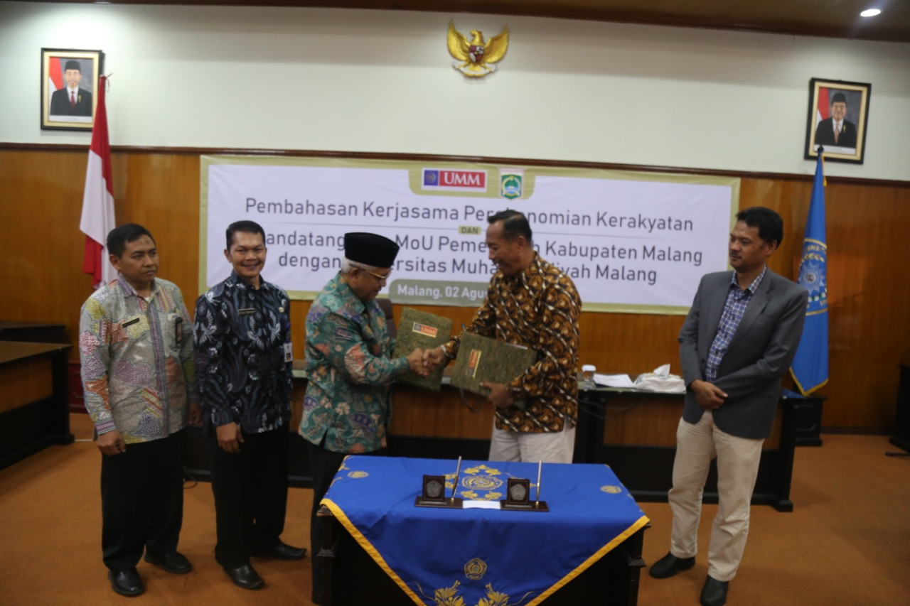 Plt. Malang Regent, Drs H. M Sanusi MM shake hands with the UMM Rector, Dr. Fauzan, M.Pd (Photo: