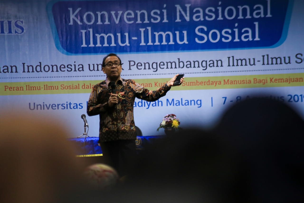 Prof. Dr. Pratikno explains his material in front of the HIPIIS Convention members. (Photo: Rino/PR UMM)