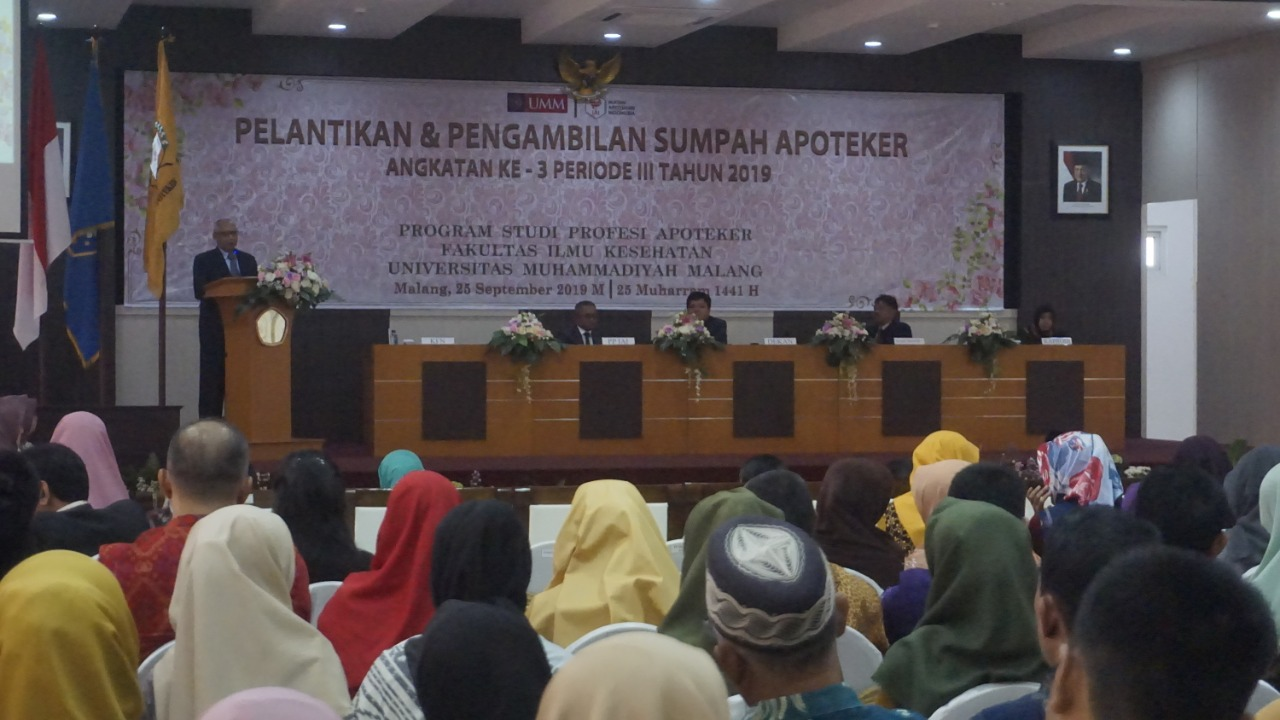 The atmosphere of the inauguration room & the oath of the Pharmacist (Photo: Rizky / PR) As many as