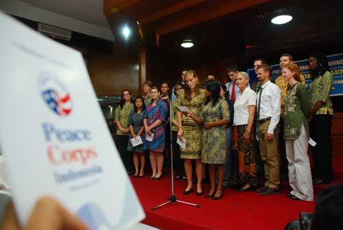 Para relawan ASdari Peace Coprs membacakan sumpah senagai wujud kesiapan bekerja